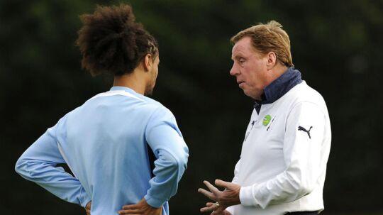 Harry Redknapp håber, at han kan overtale Benoit Assou-Ekotto (tv) til at tage et år i Birmingham City, inden den camerounske venstre back går over til porno. Billedet er fra deres fælles fortid i Tottenham.