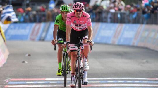 Tom Dumoulin (forr.) mistede fredag den lyserøde førertrøje i Giro d'Italia.