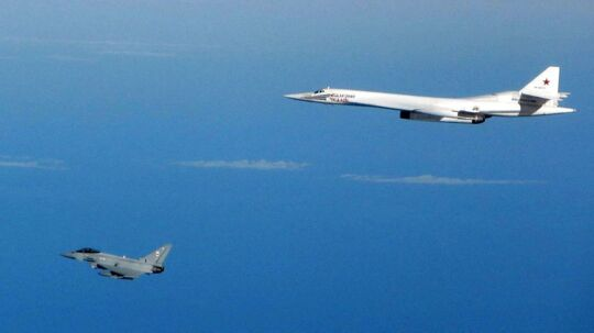 To jagerfly af typen Typhoon (tv.) blev lørdag morgen sendt på vingerne, efter to russiske jagerfly var fløjet ind i britisk luftrum (arkivfoto)