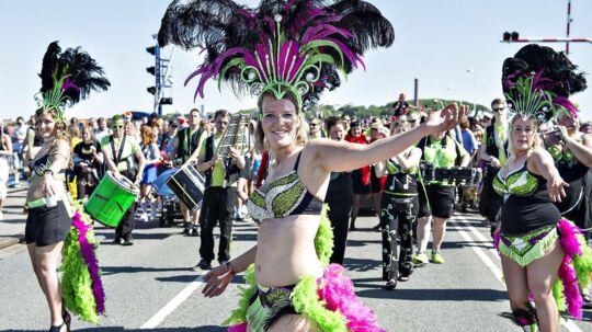 Aalborg Karnevals største optog, Stjerneparaden, startede lørdag formiddag d. 27. maj fra tre forskellige steder i byen. Ved Limfjordsbroen mødtes de 3 optog og gik samlet gennem Vesterbro mod Kildeparken hvor der var fest hele eftermiddagen og aftenen. Aalborg Karneval er blandt de ti største karneval i verden og er Nordeuropas største karneval. Hedr er optoget på vej over Limfjordsbroen .(foto: Henning Bagger / Scanpix 2017)