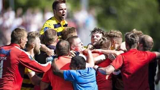 Hobro er klar til Superliga-comeback efter sejr på 1-0 over Vendsyssel. Her jubler Nicolas Gotfredsen (øverst) sammen med holdkammeraterne over sejren.