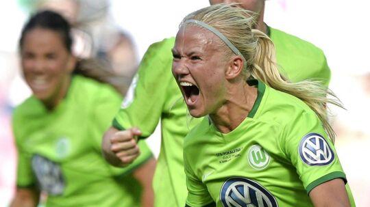 Pernille Harder jubler over det ene af sine to mål i den tyske pokalfinale, som VfL Wolfsburg vandt 2-1 over SC Sand. Klubben vil dog ikke fejre hverken pokalsejren eller mesterskabet, som klubbens kvinder har vundet - endnu.