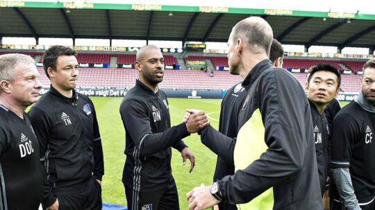 Jess Thorup (forr.) lykønsker Lyngby-træner David Nielsen med bronzemedaljerne. Selv forstod FCM-træneren ikke, hvordan hans hold kunne tabe 0-3.