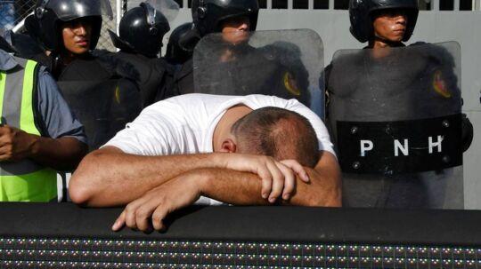 En fan i tårer, efter flere blev trampet ihjel på stadion i Honduras.