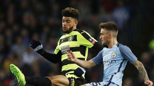 Philip Billing (tv) var en af kampens bedste spillere, da Huddersfield og Manchester City mødtes i FA Cuppen i februar, hvor de spillede 0-0. Her er Billing i kamp i returopgøret, hvor Manchester City vandt 5-1.