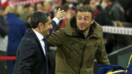 Club Athletic-træner Ernesto Valverde (til venstre) hilser på afgående Barcelona-træner Luis Enrique. Valverde overtager nu trænerposten i Barcelona.