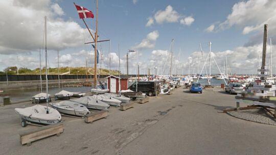 En 68-årig mand er i kritisk tilstand, efter han faldt i vandet i Hornbæk Havn. Han blev reddet i sidste øjeblik af en australsk kvinde.