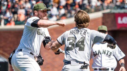 Kasteren Hunter Strickland (tv.) og batteren Bryce Harper går i flæsket på hinanden.