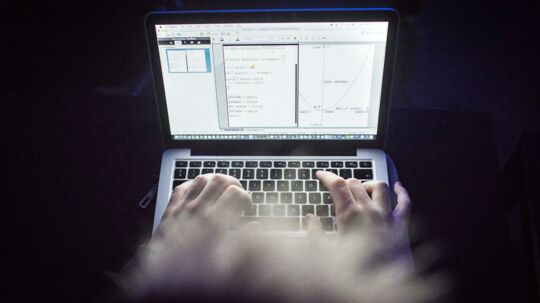 """På hjemmesiden """"FixMinOpgave"""" kan gymnasieelever købe skoleopgaver til en selvvalgt karakter. Grundlægger Frederik Drews mener ikke, det er snyd, men derimod en hjælp til unge, så de kan få mere balance i hverdagen og stadig komme ind på deres drømmeuddannelse. På billederne ses en gymnasiestuderende, der bliver betalt for at løse andre elevers opgaver via FixMinOpgave."""
