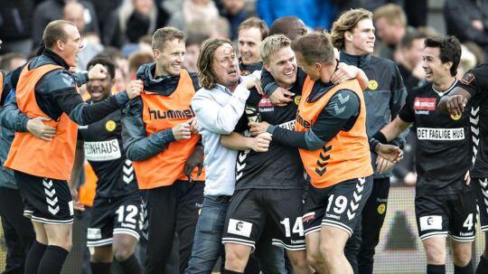 Glade Horsens-spiller fejrer, at den også står på Superliga igen til næste sæson.