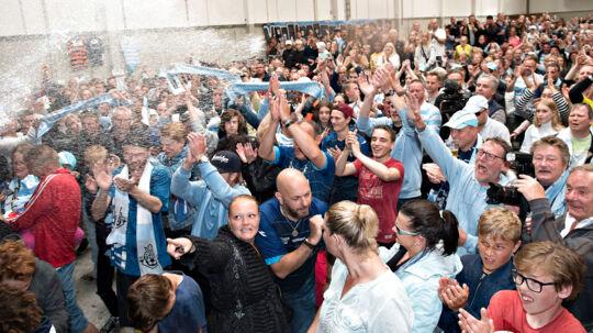 Helsingør rykker op i superligaen, spillere og folkene bag hyldes af byens borgere på Kulturværftet i Helsingør.