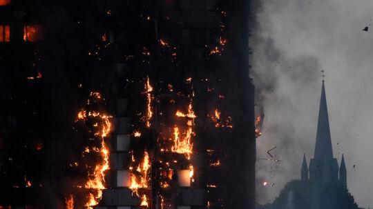 Her ses tårnet i flammer