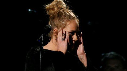 Sangerinden Adele mødte onsdag aften op foran Grenfell Tower i London, hvor flere tidligere samme dag havde mistet livet i en massiv brand.