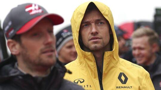 Der er pres på Jolyon Palmer. Her er han omgivet af Haas-kørerne Romain Grosjean (forrest) og Kevin Magnussen (bagerst).