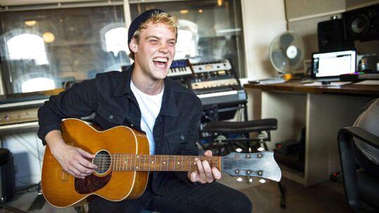 Popsangeren Shaka Loveless har blandt andet hjulpet Hjalmer i gang med musikkarrieren og står blandt andet som medforfatter på sangen 'Marie'.