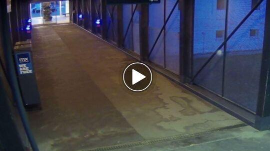 Overvågningsviden er optaget den 10. juli 2016. Kameraet sidder inde på stationen, men peger ud mod parkeringspladsen, og det er her, den ifølge politiet lyse personbil kredser rundt kl. 04.07. Få minutter efter Emilie og hendes venner er ankommet med toget fra Slagelse.