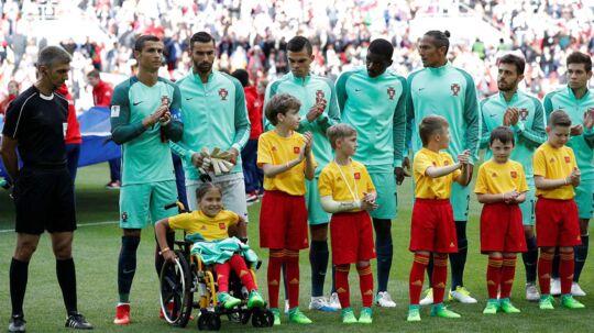Pigen i rullestol fik både Cristiano Ronaldos overtrækstrøje og et kys af superstjernen, som sidste år blev kåret til verdens bedste fodboldspiller (Ballon d'Or) for fjerde gang.