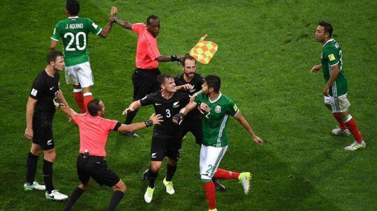 Det var ved at gå galt i onsdagens kamp mellem Mexico og New Zealand onsdag aften, da flere spillere måtte skilles ad for ikke at komme op at slås. Efter kampen er det dommerne og den omdiskuterede videoteknologi, der har stjålet fokus.