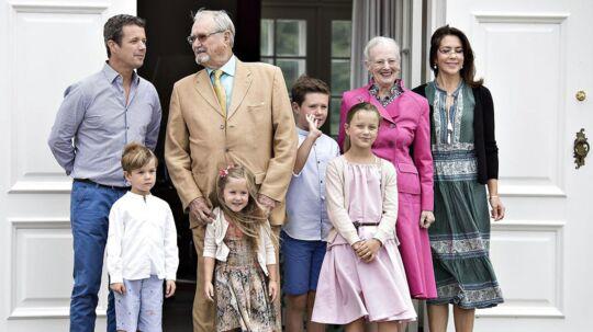 Igen i år holder Frederik og Mary og de fire børn deres sommerferie på Gråsten Slot. Dermed viderefører de den tradition, som dronning Ingrid og kong Frederik 9. begyndte tilbage i 1930'erne. Og mon ikke dronning Margrethe og prins Henrik også i år kigger forbi Gråsten Slot til den årlige sommerfotografering. Foto: Henning Bagger/Scanpix 2016