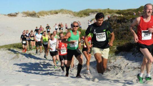 Det fine sand ved Dueodde er tungt at løbe i, så det er en barsk tur på Etape Bornholms andendag.