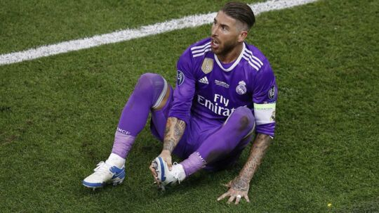Sergio Ramos tager sig til sin fod i Champions League-finalen mod Juventus.