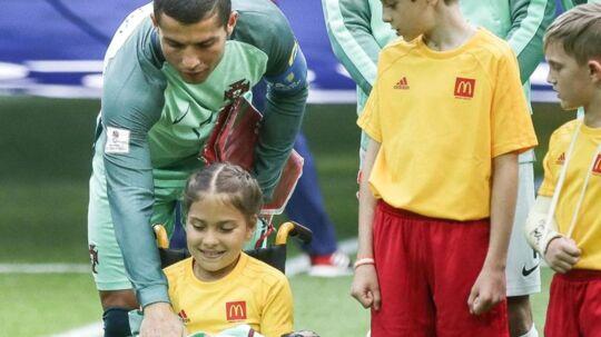 Cristiano Ronaldo gav sin træningsjakke til en handicappet pige før portugisernes seneste kamp ved Confederations Cup.