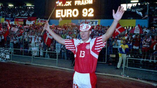 Henrik 'Store' Larsen mener, at den måde man spiller fodbold på i dag er for pussenusse-agtigt. Han mener, at det danske landshold bør arbejde knaldhårdt i stedet for at kopiere samme spillestil som Barcelona og de store nationer.