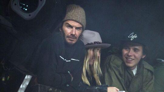 David Beckham var til Glastonbury-festival i weekenden, og han havde selskab af sin søn, Brooklyn (th.).