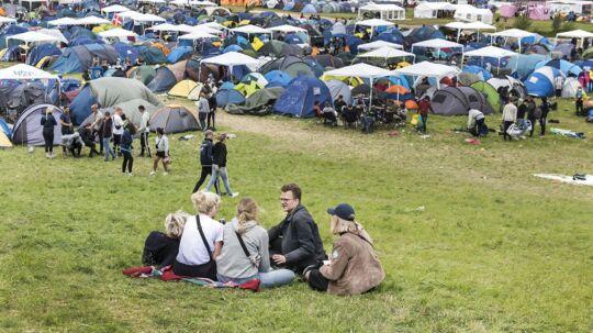 Roskilde Festival 2017 er i fuld gang, men det er ikke alle, der kun oplever fest og farver. Natten til tirsdag blev to unge mænd angiveligt overfaldet med knytnæveslag og jernrør. Personerne på billedet har ikke noget med sagen at gøre.