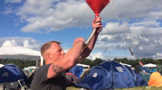 Mikkel Dyrkov på 22 fra Amager slog sin egen rekord i år, da han drak 56 ølbongs på en dag på Roskilde Festival.