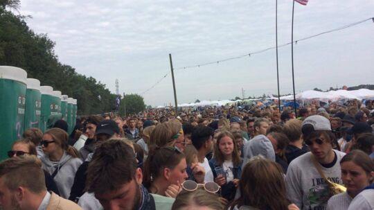 Køen for at komme ind på festivalpladsen er enorm onsdag tidlig aften.