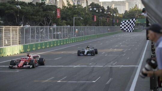 Sebastian Vettel (tv) kører her over mållinjen i Aserbajdsjan foran Lewis Hamilton på henholdsvis fjerde- og femtepladsen. Sebastian Vettel risikerer udelukkelse i et grand prix for sin opførsel undervejs.