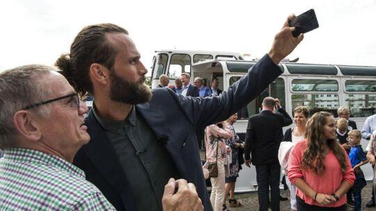 En fan får her taget en selfie med Jesper Nøddesbo, der vender hjem til dansk håndbold fra FC Barcelona.