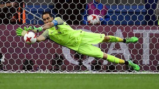 Chiles målmand, Claudio Bravo. reddede alle tre forsøg fra Portugal i straffesparkskonkurrencen ved semifinalen i Confederations Cup.