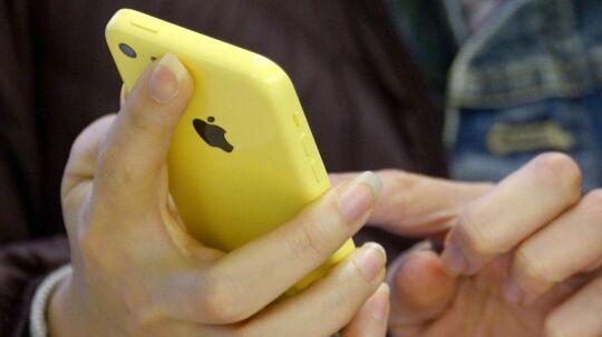 Danskere bruger deres mobil alt for meget på ferien.