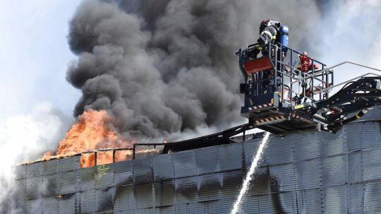 Brandvæsenet arbejder ved Gigantium, hvor der onsdag middag d. 5. juli 2017 er udbrudt brand. Folk er blevet evakueret fra stedet, hvor man kan se røgen fra den store kultur- og idrætshal fra motorvejen.