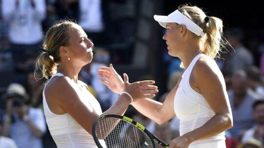 Anett Kontaveit (tv) havde alle chancer for at vinde over Caroline Wozniacki, men en tilskuer råbte ifølge esteren noget i det afgørende serveparti, og det slog hende ud.