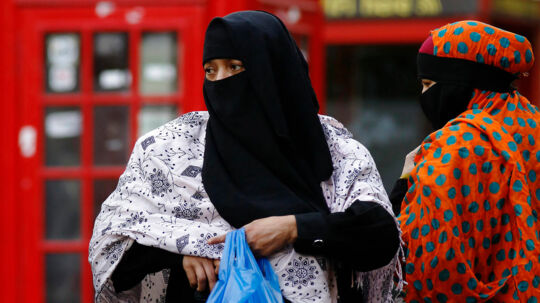 RB plus 18/9 2013 08.02 Udland PLUS/FAKTA/UK/MUSLIMSK SLØR. København/London, onsdag /ritzau/Det muslimske slør i Europa * Debatten om muslimsk slør er brudt ud i Storbritannien, hvor omkring 2, 7 millioner ud af de 62, 8 millioner indbyggere er muslimer.