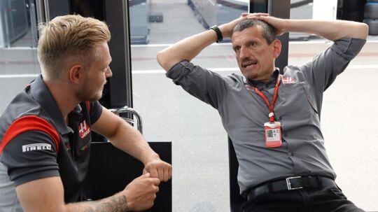 Kevin Magnussen får sig en snak med Haas-teamchefen, Günther Steiner (th.)
