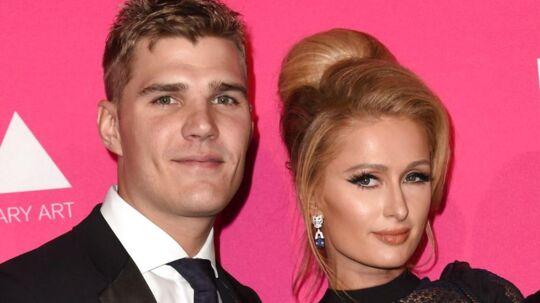 Paris Hilton og kæresten Chris Zylka er meget forelskede. Så forelskede, at Chris Zylka nu har fået foreviget sin udkårnes navn med blæk på sin krop. Lad os håbe, det holder.
