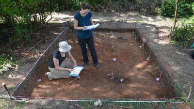 Arbejdet i Unguja Ukuu er netop gået igang. Her ses udgravningsleder Stephanie Wynne-Jones og ph.d. Ema Bauzyte igang med det geokemiske måleudstyr.