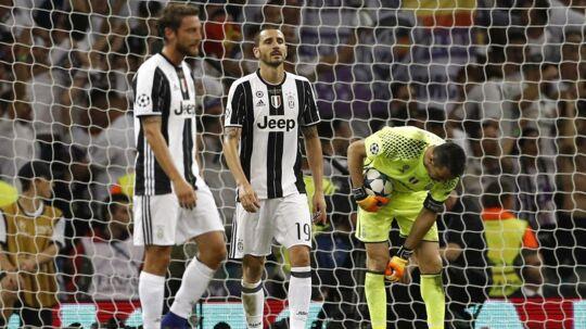 Leonardo Bonucci (i midten) skifter Juventus ud med AC Milan.