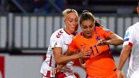 Sanne Troelsgaard i kamp med Lieke Martens i torsdagens opgør mod Holland.