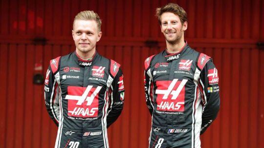 Både Kevin Magnussen (tv) og Romain Grosjean fortsætter ifølge Team Haas på holdet til næste år i Formel 1.