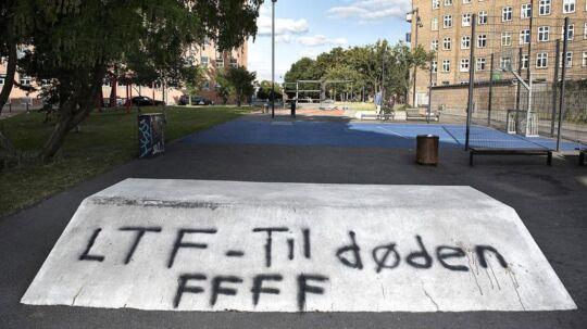 Nogen har malet »LFT« med grafitti på Krakas Plads for enden af Sigynsgade, hvor den kriminelle bande Loyal To Familia for tiden hærger.