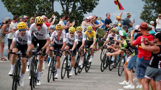 Chris Froome kunne ånde lettet op efter 2. etape, hvor et styrt kunne have kostet ham dyrt, men hvor feltet valgte at vente på Team Sky-rytteren i stedet for at køre væddeløb.