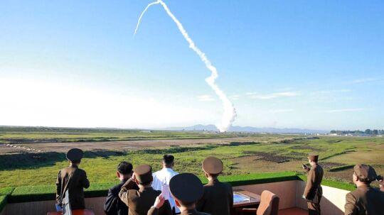 Arkivfoto. Kim Jong Un i den hvide skjorte overværer en missiltest, sammen med repræsentanter fra Nordkoreas militær.