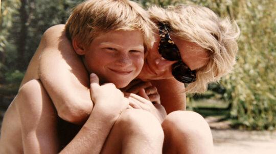Prins Harry med sin mor, Diana, på et billede, som ikke før har været fremme i offentligheden. Det er med i en ny dokumentar om prinsessen, der vises mandag på britisk tv. Reuters/Handout