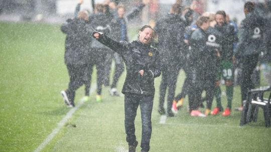 Bo Henriksen jubler efter scoringen til 2 - 0 - Regnen blev gelmt et kort øjeblik. (Foto: Claus Fisker/Scanpix 2017)