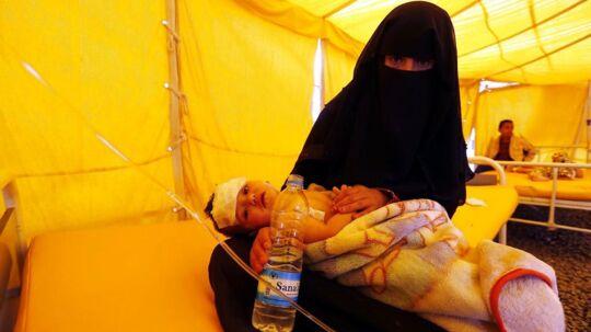 På billedet ses en mor sammen med sin lille søn, der er i behandling for Kolera. Billedet her er fra lørdag den 22. juli - fra et hospitalstelt i Sana'a, Yemen.